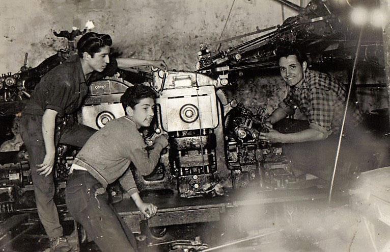 Treballadors a la seva màquina
